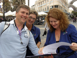Cate and Jane with Guy Hoevenaars of Ray White, Rye on the Manly Amazing Race